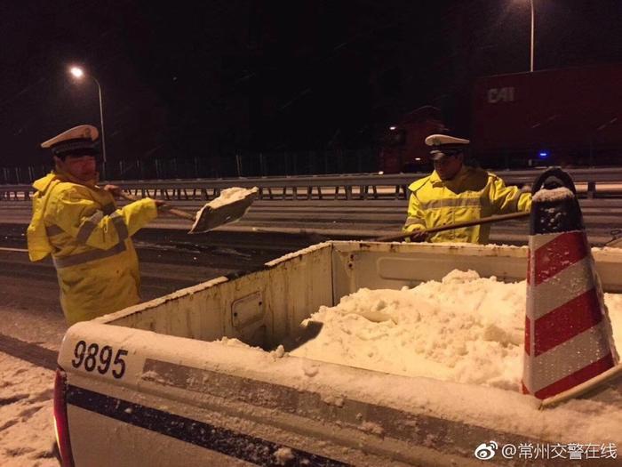 Lực lượng cảnh sát đang rất vất vả để thu dọn tuyết trên đường.