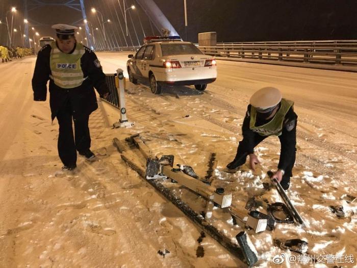 Do thời gian tuyết rơi dài, khối lượng tuyết dày, nên giao thông cũng bị ảnh hưởng.