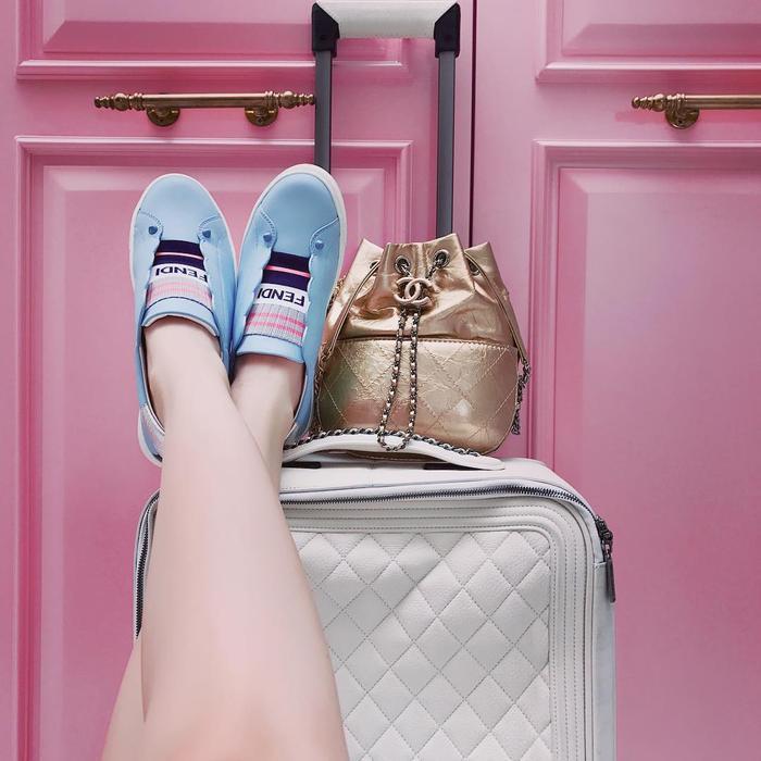 """Chỉ một vài item của Ngọc Trinh thôi đã đủ để một người bình thường sống trong suốt một năm. Chân dài có vẻ vô cùng yêu thích thương hiệu Chanel với chiếc vali xấp xỉ 160 triệu, túi Chanel's gabrielle với giá khoảng 100 triệu. Chưa dừng lại ở đó, đôi Leather slip-on sneakers đến từ Fendi hơn 10 triệu cũng là đôi giày mà cô nàng vô cùng yêu thích. Ngọc Trinh quả là vô cùng """"chịu chơi"""" khi chi quá mạnh tay cho những items của mình."""