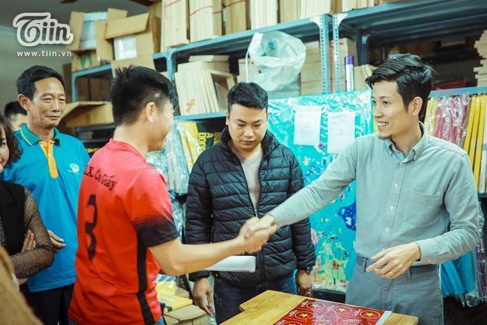 Anh Vinh Trà luôn niềm nở, nhiệt tình với tất cả mọi người. Ai anh cũng bắt tay và nở nụ cười tươi thân thiện.