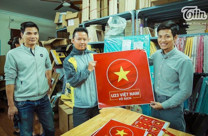 Khách hàng rất cảm kích trước tình cảm của anh Trà, nhiều người xin chụp ảnh kỷ niệm