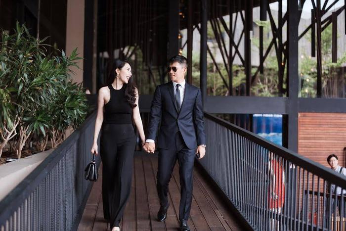 Khi đi bên vợ, Công Vinh diện nguyên bộ vest đen, vừa hợp tông với vợ, vừa thể hiện sự nam tính, lịch lãm.