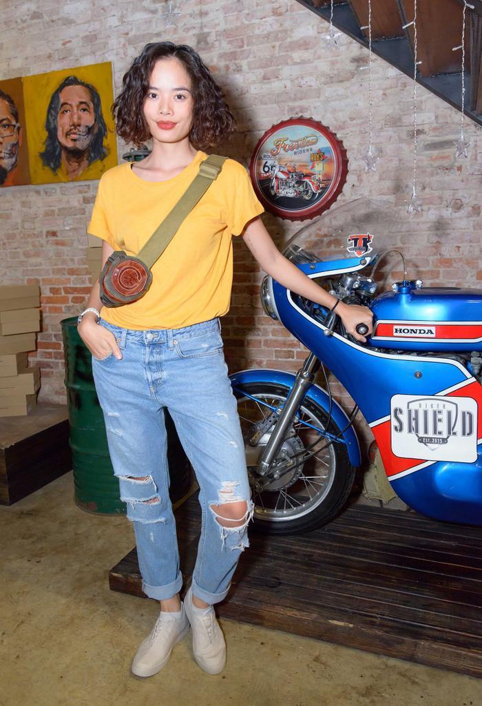 Giống với Quỳnh Chi, Thu Hiện cũng diện áo thun kết hợp quần jeans rách đơn giản, nhưng cá tính đến dự sự kiện.