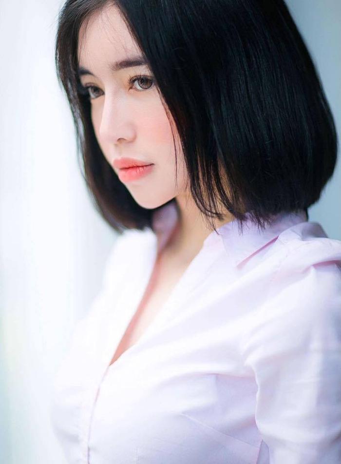 Elly Trần cũng là 1 trong những bóng hồng showbiz đã thay đổi từ mái tóc dài thẳng sang tóc ngắn ngang vai, rẽ ngôi giữa.