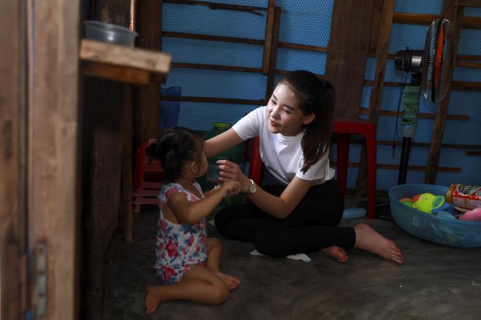 Cô vui vẻ chơi đùa với các em nhỏ ở vùng còn gặp nhiều khó khăn, thiếu thốn.