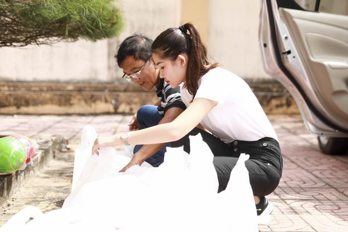 Mới đây, Ngân Anh cùng bố có chuyến ghé thăm, giúp đỡ bà con nghèo ở vùng biển thuộc huyện Xuyên Mộc, tỉnh Bà Rịa - Vũng Tàu.