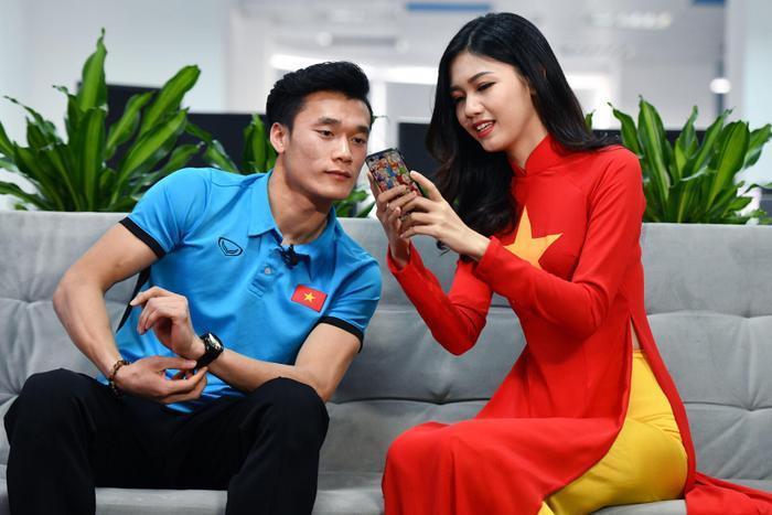 """Hình ảnh thân thiết của Á hậu Thanh Tú và thủ môn """"hot"""" nhất Việt Nam - Bùi Tiến Dũng."""