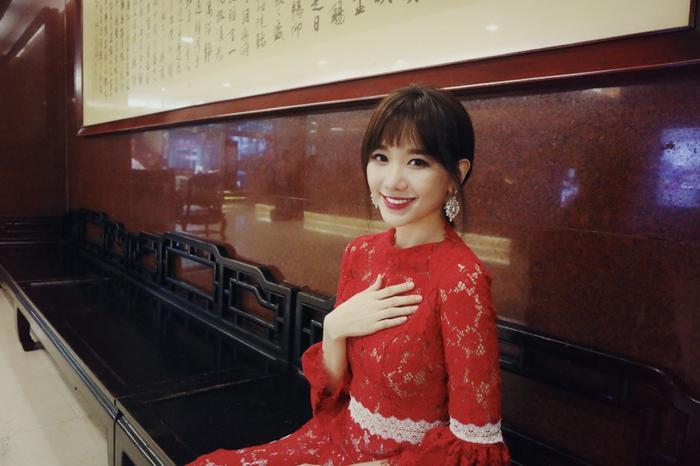 Hari Won diện áo dài ren mỏng manh giữa tiết trời 12 độ của Đài Loan ảnh 4