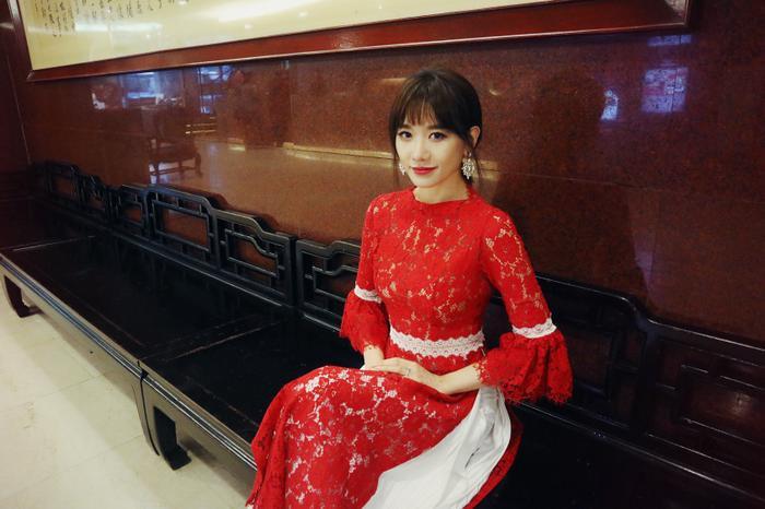 Hari Won diện trang phục áo dài chất liệu xuyên thấu, khi là ren, lúc là voan với 2 tông màu chủ đạo trắng - đỏ.