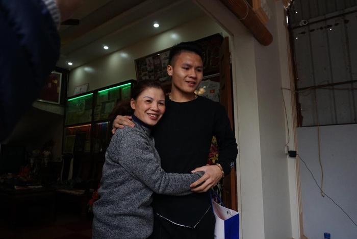 Quang Hải trong vòng tay của mẹ.