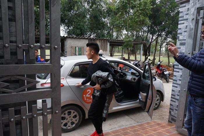 Đúng 12h trưa, Quang Hải một mình bắt taxi về nhà.
