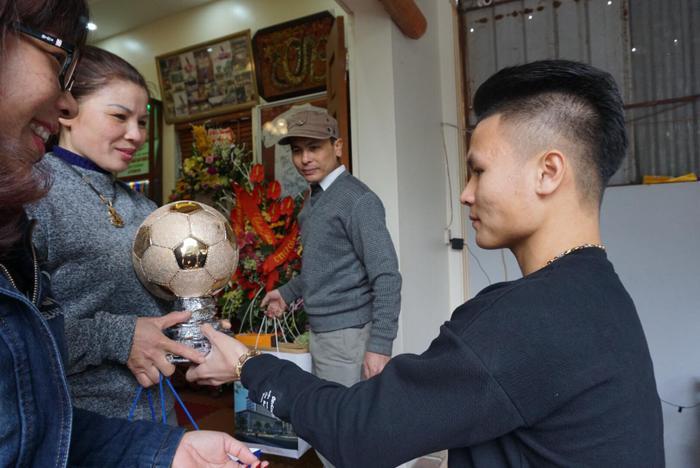 Quang Hải vui vẻ bên cha mẹ.