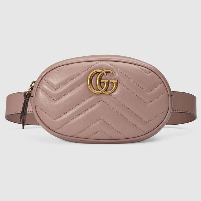 Chiếc túi đeo hông mà cả 2 cùng ưa thích là 1 thiết kế của nhà mốt Gucci, được làm bằng chất liệu da bê sang trọng. Chiếc túi bé xinh này có mức giá không hề rẻ tí nào, 1100$, tầm hơn 25 triệu đồng.