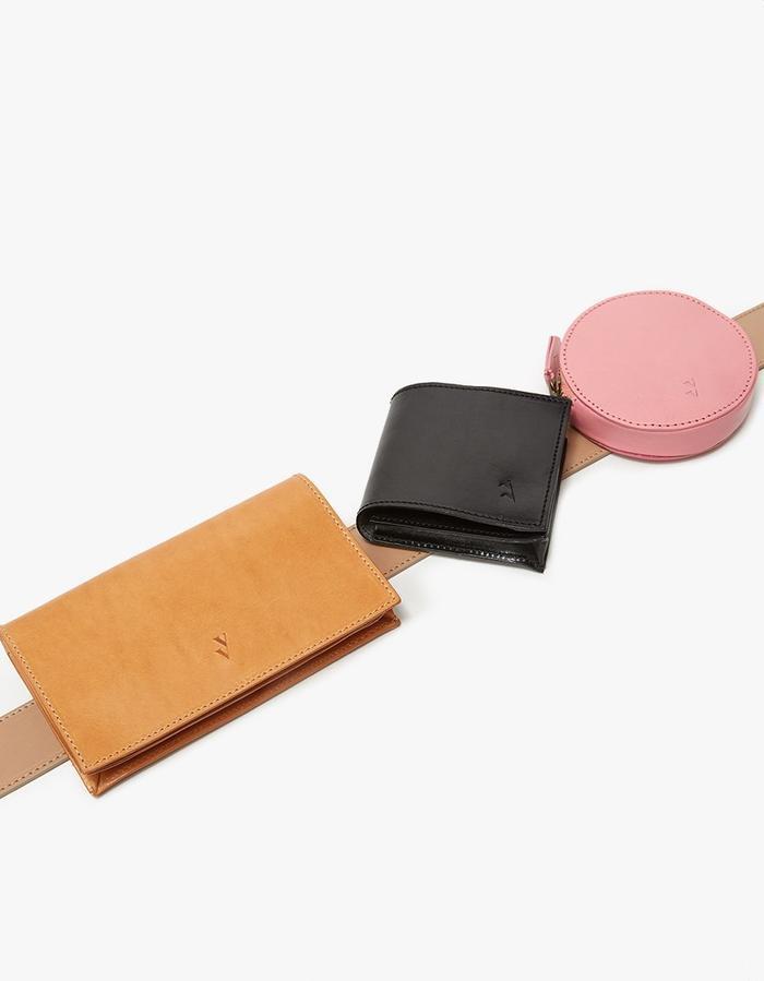 Được tạo thành từ những chiếc ví nhỏ được phối lại với nhau, mẫu túi Vere Verto đem đến nét cá tính, mới lạ. Đặc biệt, những chiếc ví nhỏ này hoàn toàn có thể tháo ra sử dụng riêng, tạo thành những món phụ kiện khác nhau. Giá của chiếc túi này là 340$, gần 8 triệu đồng.