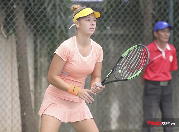 Nêu cảm nghĩ khi về thi đấu tại Việt Nam, tay vợt sinh năm 2001 cho biết cô chưa hoàn toàn thích nghi với thời tiết nóng tại quê mẹ.