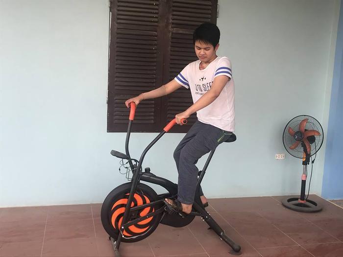 Hằng ngày, Tiến Anh tập đạp xe để các cơ hoạt động trở lại, việc làm tưởng dễ dàng nhưng lại khó với người bị bỏng cơ.