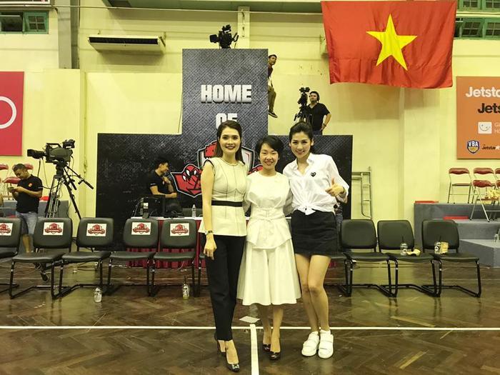 Cũng chiếc sơ mi trắng, Tú Anh diện cùng váy jeans và giầy sneaker khỏe khoắn.