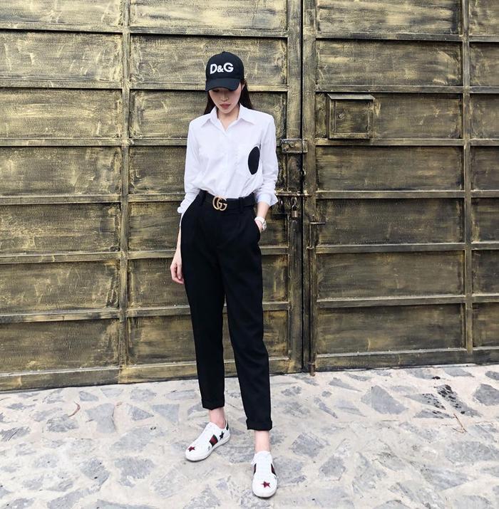 Chỉ cần thay đổi phụ kiện là Duyên đã có phong cách sporty hoàn toàn mới với mũ lưỡi trai và giầy sneaker.