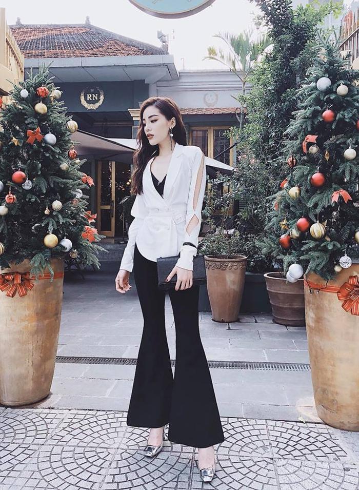 Kỳ Duyên thường kết hợp áo sơ mi trắng với quần âu đen cổ điển. Kỳ Duyên có rất nhiều kiểu áo sơ mi đa dạng như chiếc áo có phần tay xẻ khá lạ mắt này.