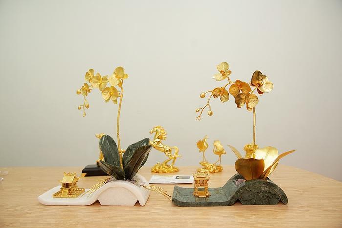 Mới đây một công ty vàng cao cấp tại Việt Nam cho biết, đội ngũ chế tác vừa lấy cảm hứng từ hoa lan Hồ Điệp, một loại lan đẹp và phổ biến, được nhiều người chơi lan yêu thích để đúc ra chậu lan bằng vàng.