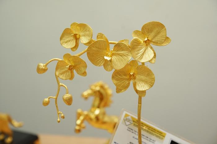 Giá bán của chậu lan cành vàng lá ngọc có mức 500 triệu đồng, còn chậu lan đúc toàn bộ cả hoa, lá, cành bằng vàng có giá là 1 tỷ đồng. Có đại gia ở Hà Nội không tiếc đặt hàng cả bộ giá 1 tỷ đồng để chơi Tết.
