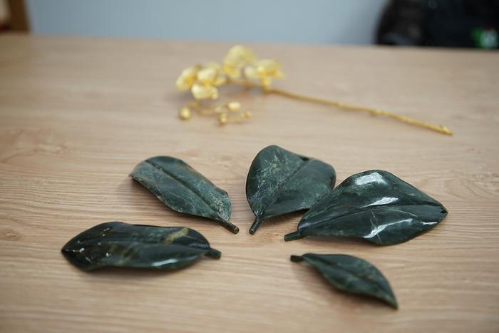 """Những chiếc lá của chậu lan phiên bản """"Cành vàng lá ngọc"""" được chế tác từ ngọc xanh tự nhiên…"""
