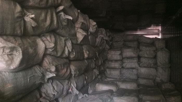 Số bao tải chứa vú heo hôi thối được phát hiện trên xe đông lạnh.