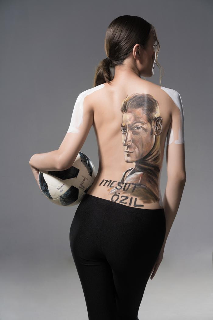 HOT: Phương Chi The Face bán nude khoe hình vẽ Ozil đầy nóng bỏng