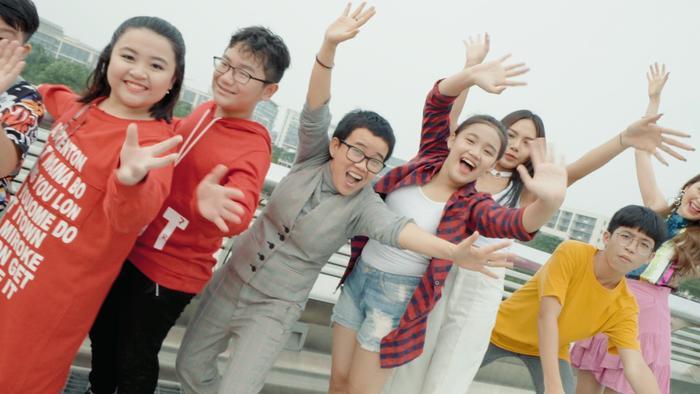 Ca khúc được 12 em nhỏ đáng yêu hòa giọng với Phương Uyên, Thiều Bảo Trang và Vũ Thảo My đã cùng nhau thắp sáng lên ngọn lửa hy vọng, đón một ngày mai rộn rã tiếng cười, niềm tin hạnh phúc.