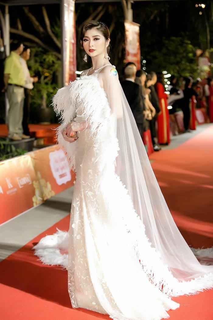 Trong mẫu đầm trắng tinh khôi được đính hoa tỉ mỉ, phần lông vũ trải dài tăng vẻ sang trọng cho thiết kế, Thanh Trúc thực sự nổi bật giữa dàn sao với trang phục đủ màu sắc.