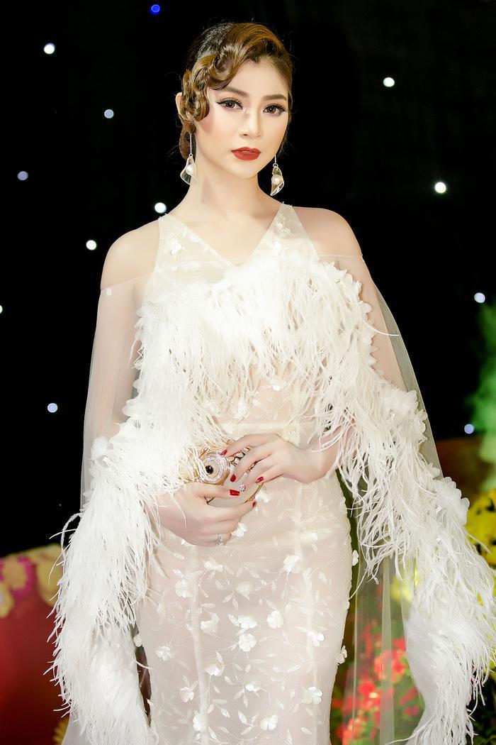 Diễn viên chọn kiểu tóc cầu kì với phần mái được uốn xoăn, thêm thắt vào đó là phụ kiện bông tai hình hoa loa kèn điệu đà cũng được Thanh Trúc kết hợp tinh tế.