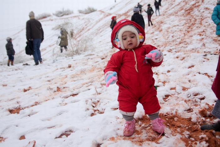 Trẻ em chơi đùa trong tuyết.