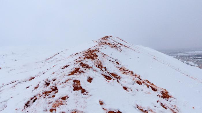 Những vệt đất vàng xen kẽ giữa màu trắng của tuyết.