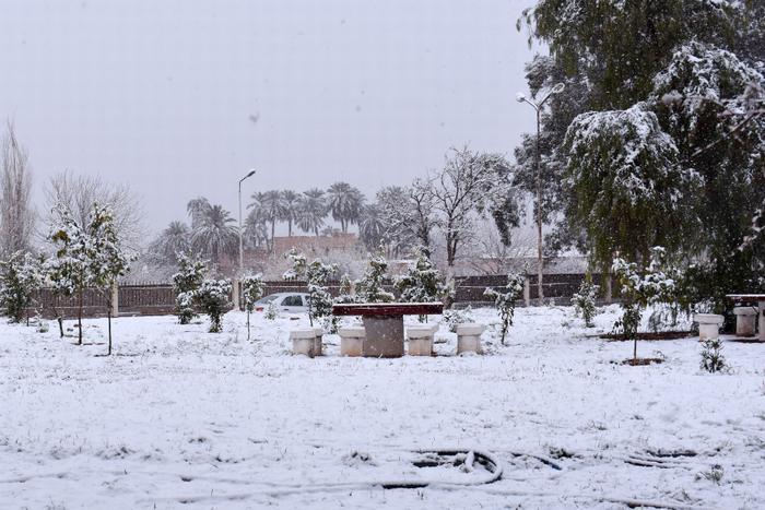 Mặc dù nhiệt độ hiện tại là 6-12 độ C nhưng tuyết đã phủ kín thị trấn AinSefra.