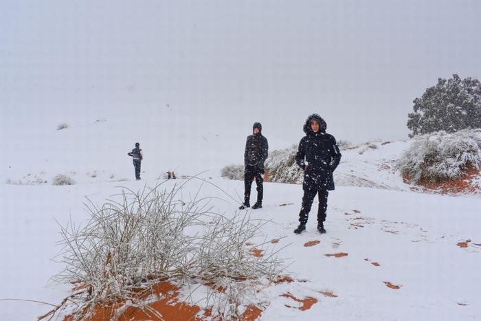 Người dân và các du khách phải sắm sửa quần áo ấm để chống chọi với điều kiện khắc nghiệt.