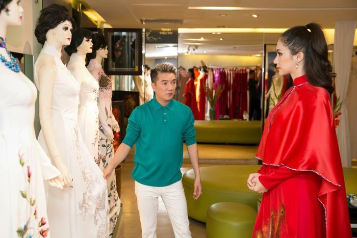 Và trong các loại trang phục phục vụ cho suốt hơn 1 tuần diễn ra cuộc thi, áo dài được Hương Giang lựa chọn kĩ lưỡng.