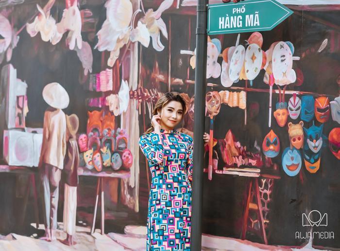 Hiền Mai cho biết, cô cùng nhiếp ảnh gia của mình lựa chọn phố Bích Hoạ - Phùng Hưng. Đây là địa điểm chụp ảnh đang hot nhất tại Hà Nội.