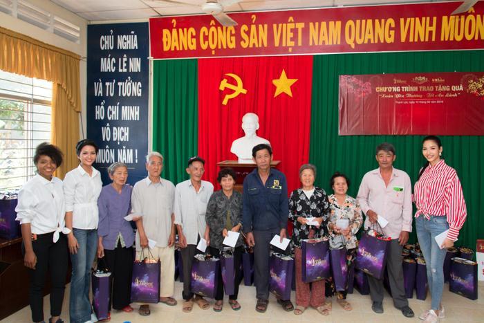 Người dân hạnh phúc khi nhận được những phần quà từ BTC Hoa hậu Hoàn vũ Việt Nam.