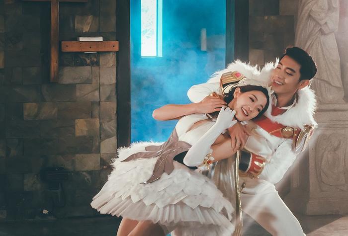 Tái xuất với diện mạo lộng lẫy như một hoàng tử, kết hợp cùng cô bạn thân là diễn viên múa Hoàng Yến, cả hai đã tạo nên những bước nhảy uyển chuyển.