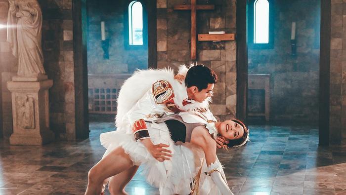 Ngoài ra, Quang Đăng và Hoàng Yến còn đầu tư mạnh về trang phục lẫn bối cảnh quay hình. Đó là những bộ cánh sang trọng, trong không gian nhà thờ có kiến trúc mang đậm phong cách châu Âu.