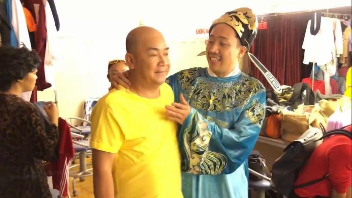 Hoài Linh ân cần chỉnh trang phục cho Trấn Thành trong hậu trường Táo Quân cùng Lê Giang