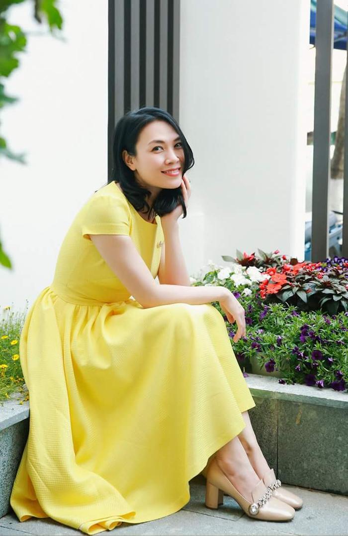 """Mỹ Tâm lựa chọn chiếc váy màu vàng nổi bật trong ngày mùng 3 Tết. Giọng ca """"Người hãy quên em đi"""" phối trang phục cùng đôi cao gót màu nude, đem đến vẻ ngoài trẻ trung, nhẹ nhàng."""