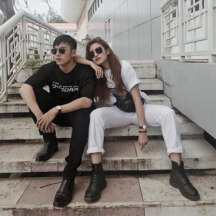 Phan Ngân The Face cùng em trai nổi bật trên đường phố với áo phông, quần kaki và giày boots khi xuống phố.