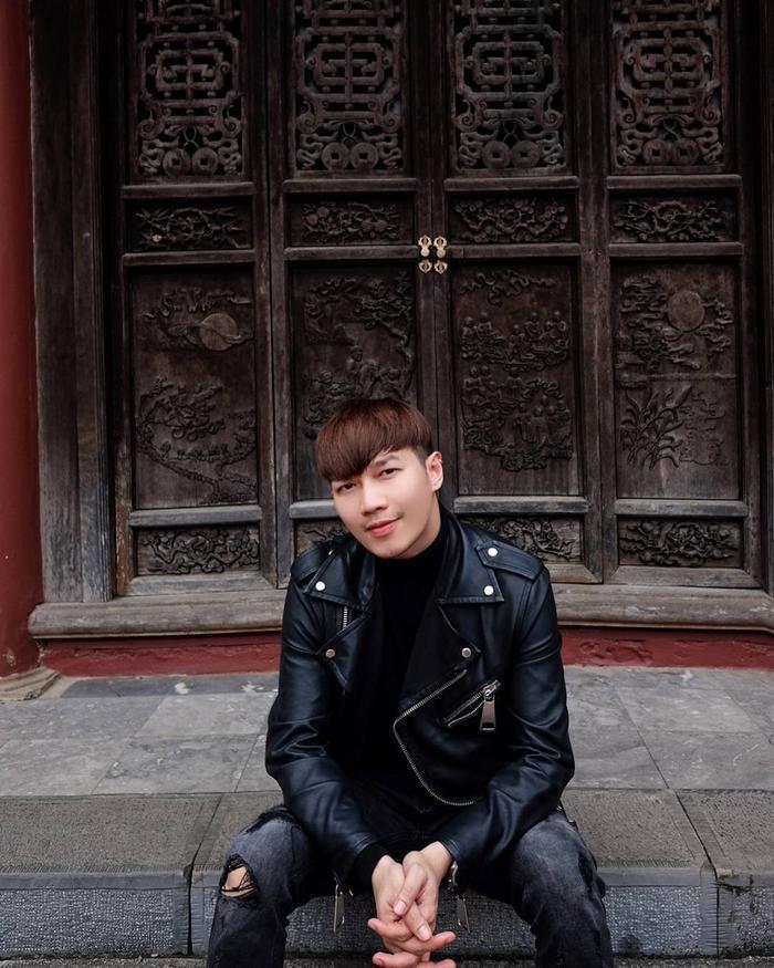 Outfit của stylist Lê Minh Ngọc khác biệt về cách phối chất liệu (da bóng, jeans,…). Đây cũng chính là bí quyết khiến cả bộ cánh màu đen không hề nhàm chán.