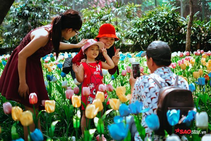 Người dân vô tư vào giữa vườn hoa tulip để chụp ảnh lưu niệm.