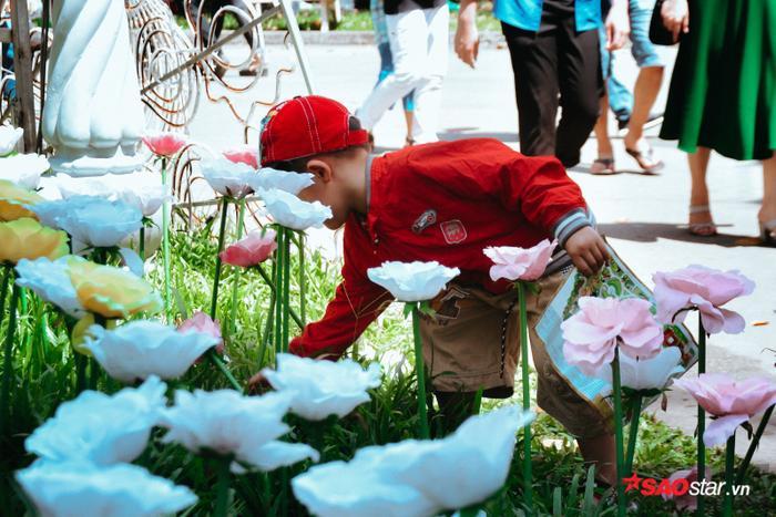 Nhiều em nhỏ không được quản lý đã bứt hoa trong vườn.