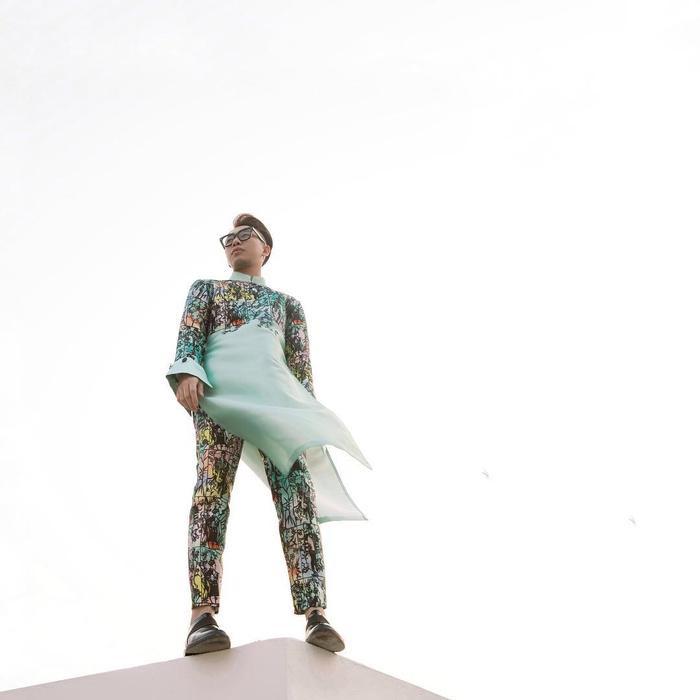 Stylist Hoàng Ku chọn riêng set áo dài cách tân cá tính với họa tiết nổi bật nhưng không quá sặc sỡ.