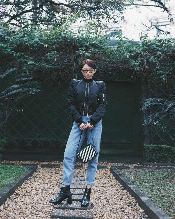 Tóc Tiên cập nhật liên tục và đều đặn các xu hướng thời trang trong những ngày Tết. Vào những ngày cuối Tết, cô chọn outfit cộp mác hàng hiệu mạnh mẽ, cá tính với áo da và ankle bốt.