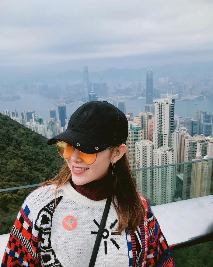 Tung tăng ở đất Hồng Kông với thời tiết lạnh lẽo, Minh Hằng chọn cho mình chiếc áo len ấm áp.