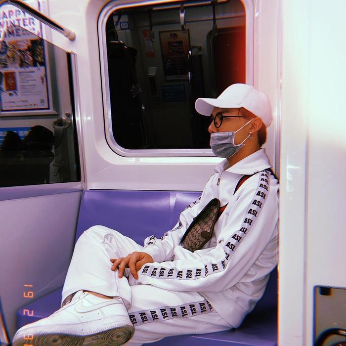 Ca sĩ Erik vẫn trung thành với phong cách unisex cá tính. Anh chàng diện set đồ full white cùng túi đeo chéo Gucci thời thượng. Sneakers từ Nike chính là cách Erik kết lại set đồ du xuân của mình.